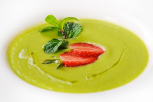 7966 / Крем-суп из авокадо и сельдерея со свежей клубникой